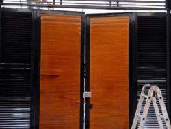 Cửa cổng sơn giả gỗ đẹp