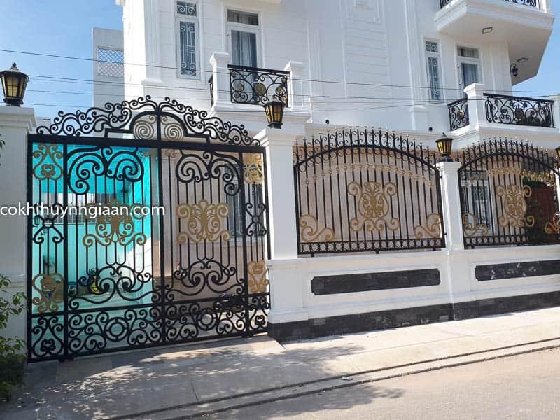 Hàng rào sắt uốn mỹ thuật đồng bộ với cửa cổng