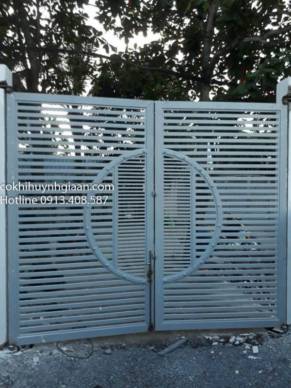 cửa cổng sắt 2 cánh đơn giản