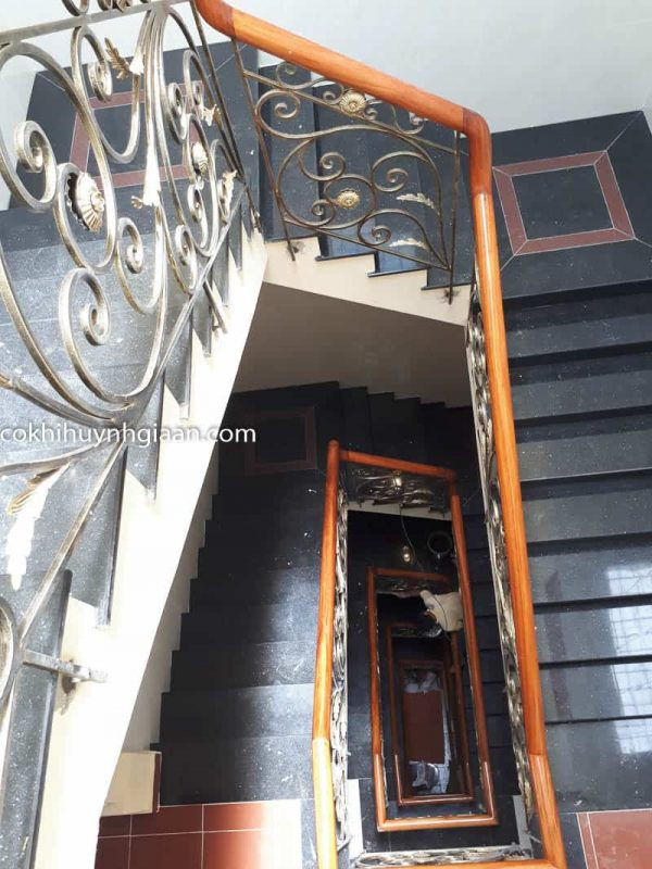 Cầu thang sắt uốn nhà phố 7 tầng