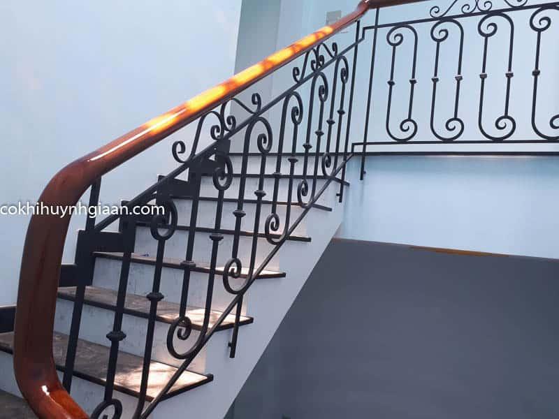 Cầu thang sắt uốn tay vịn gỗ