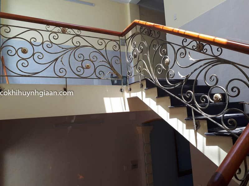 Cầu thang sắt uốn lượn đẹp