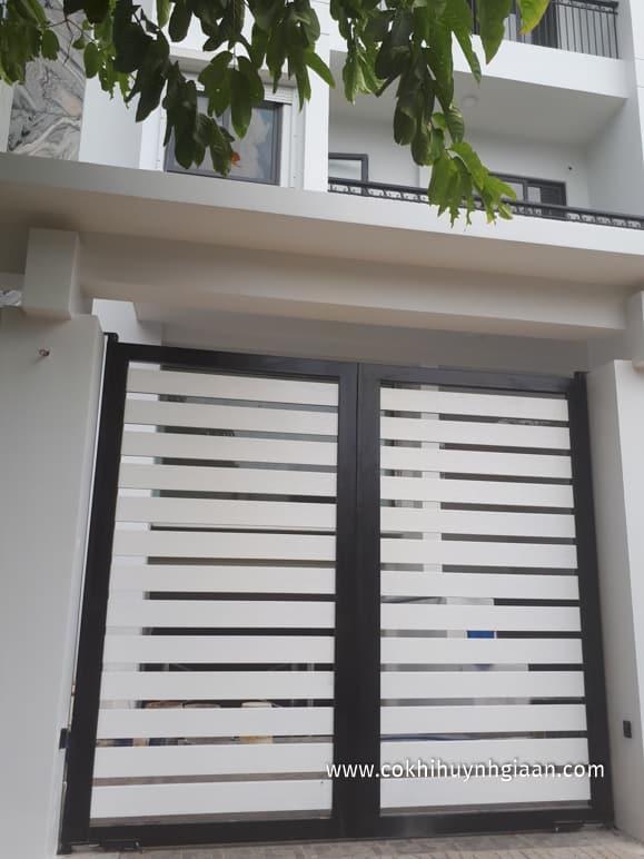 Cổng cửa sắt 2 cánh - sắt hộp trắng