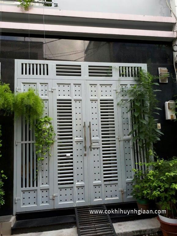 cửa sắt hộp 4 cánh trắng hiện đại