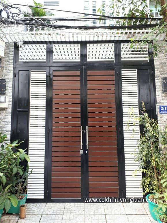 Mẫu cửa sắt pano 4 cánh hiện đại
