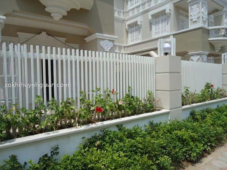 Hàng rào sắt pano đẹp kết hợp bồn hoa