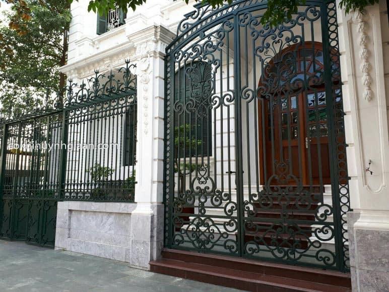 Hàng rào sắt uốn mỹ thuật đẹp cho vila