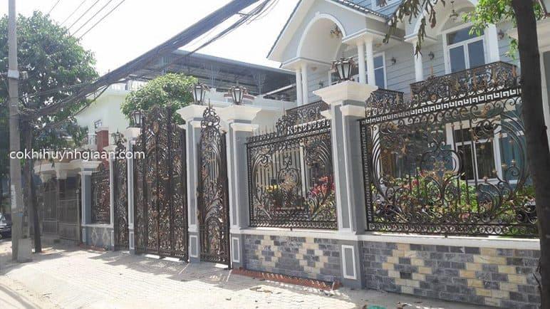 Hàng rào sắt mỹ thuật uốn lượn đẹp cho biệt thự