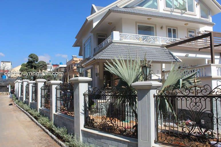 Hàng rào sắt mỹ thuật uốn lượn đẹp cho biệt thự có không gian rộng lớn