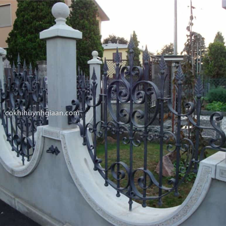 Hàng rào sắt uốn kết hợp bê tông