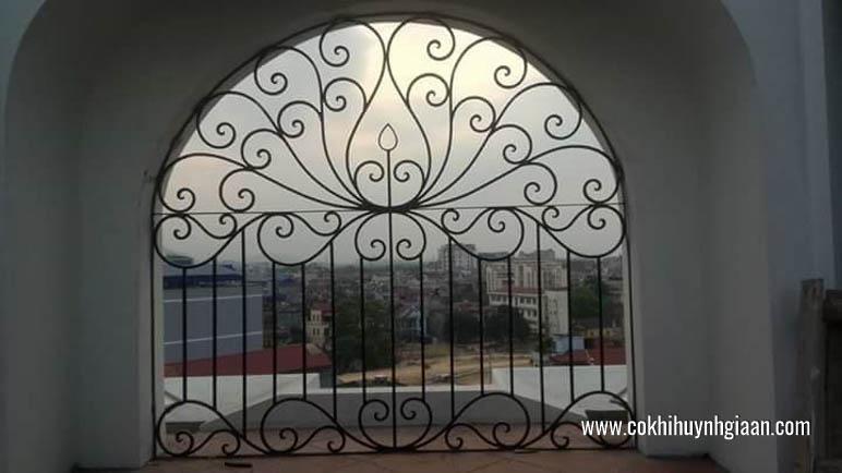Mẫu cửa sổ đẹp đồng bộ với mái che.
