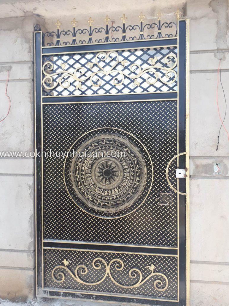 Cổng sắtCS1C004 hình chữ nhật hoa văn trống đồng cổ điển. Phía trên, những vát nhọn tạo nên nét độc đáo và mạnh mẽ.